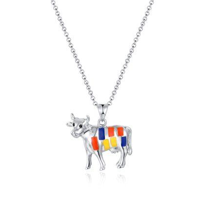 Pendentif Vache Mondrian en argent brillant et émail 925 by White Alpina. Ce collier Vache Mondrian est livré dans un écrin avec une chaîne.