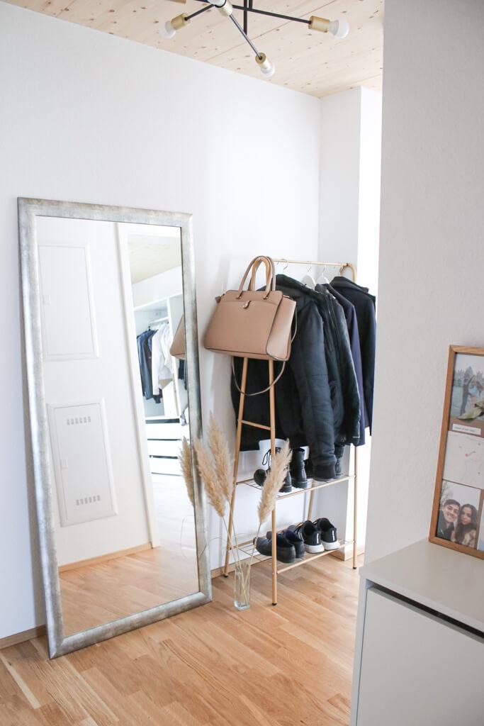 Schmalen Flur gestalten & dekorieren – ein schmaler Schuhschrank und Garderobe für einen kleinen Flur