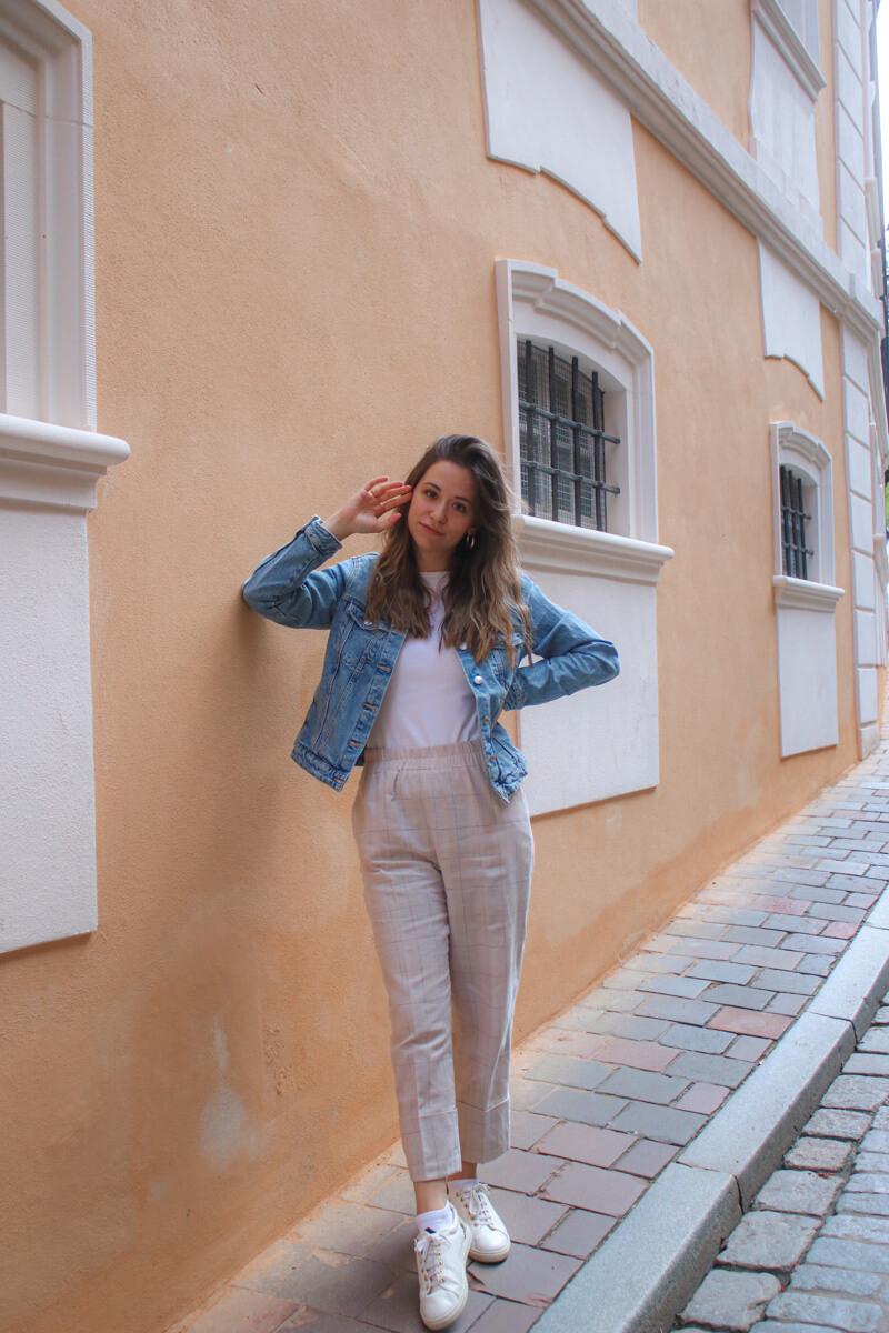 Herbst Outfit Idee - mit beiger Stoffhose, weißem Shirt und Jeansjacke Modeblog Deutschland 1