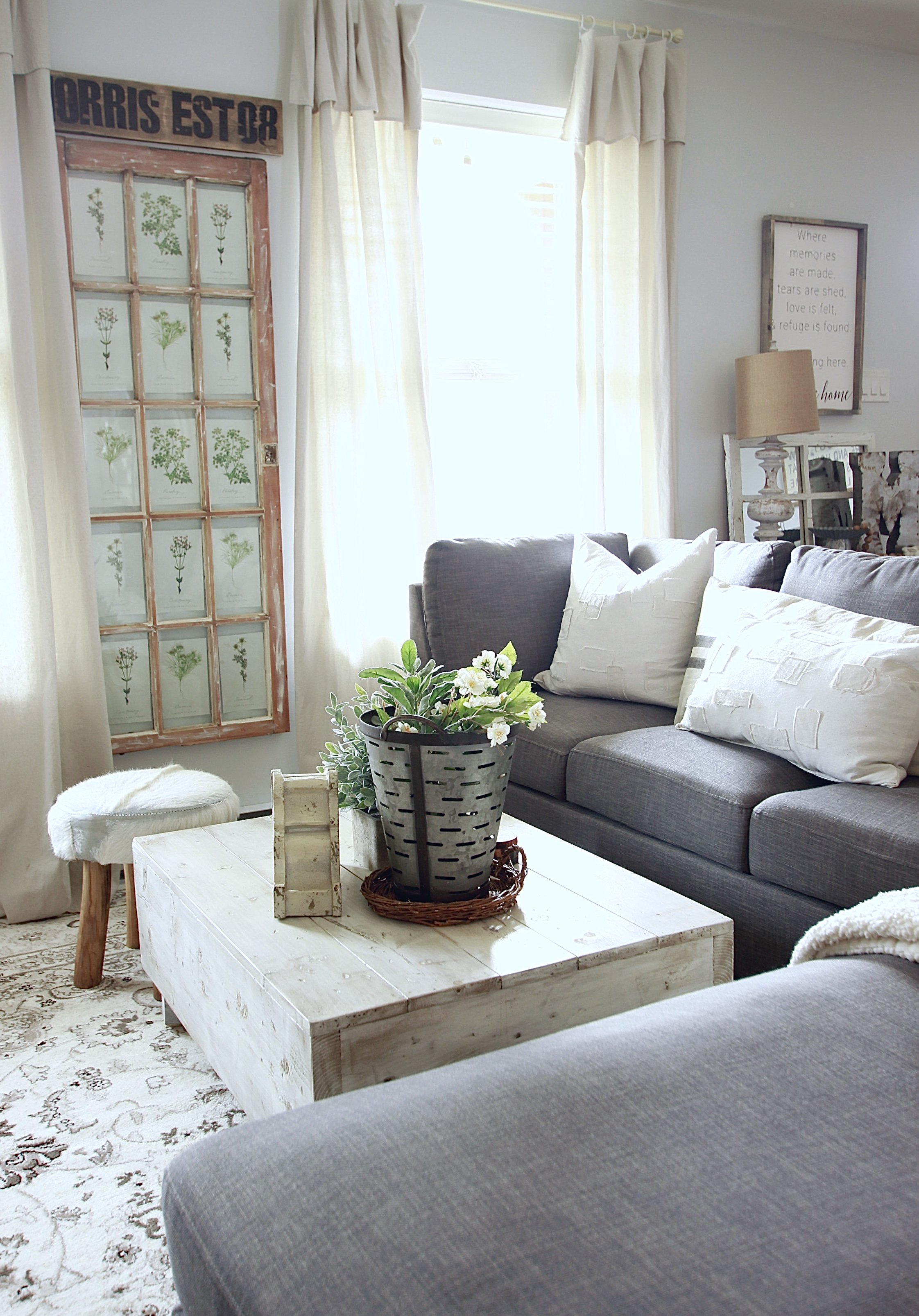 White and Woodsy Living Room www.whitepicketfarmhouse.com