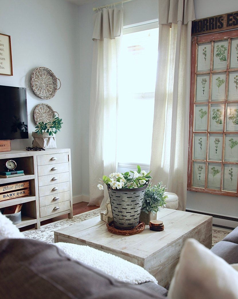 White Woodsy Living Room www.whitepicketfarmhouse.com