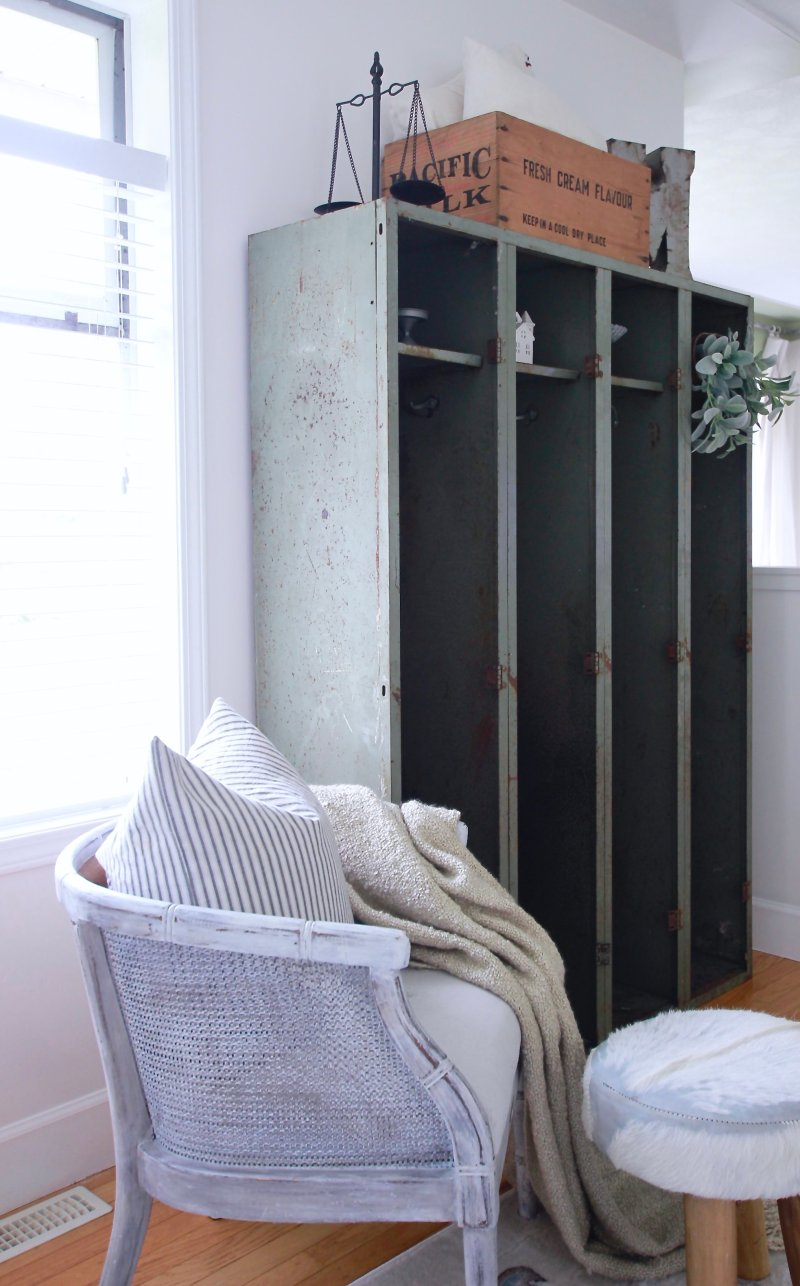 Old Vintage Locker We Picked Up For Free and How I styled it in our Modern Farmhouse www.whitepicketfarmhouse.com #vintagedecor #modernfarmhouse