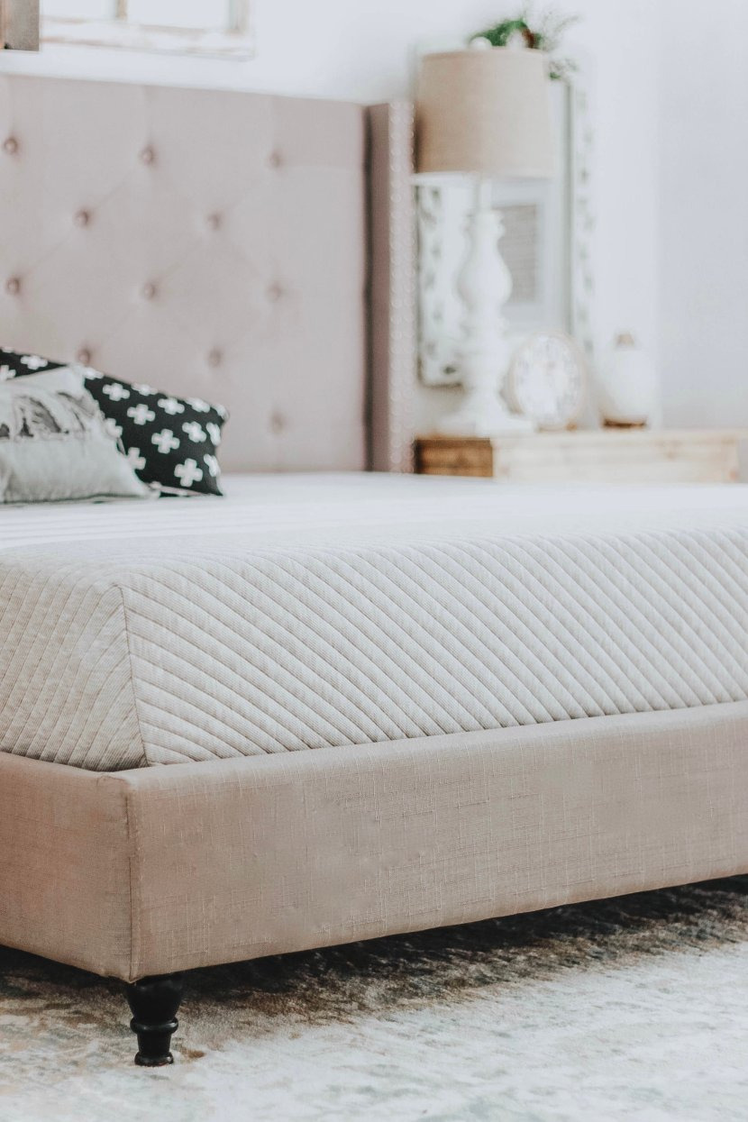 Sleeping With Leesa. My unbiased review on our Leesa King Mattress #mattressreview #leesaSleep #leesa www.whitepicketfarmhouse.com