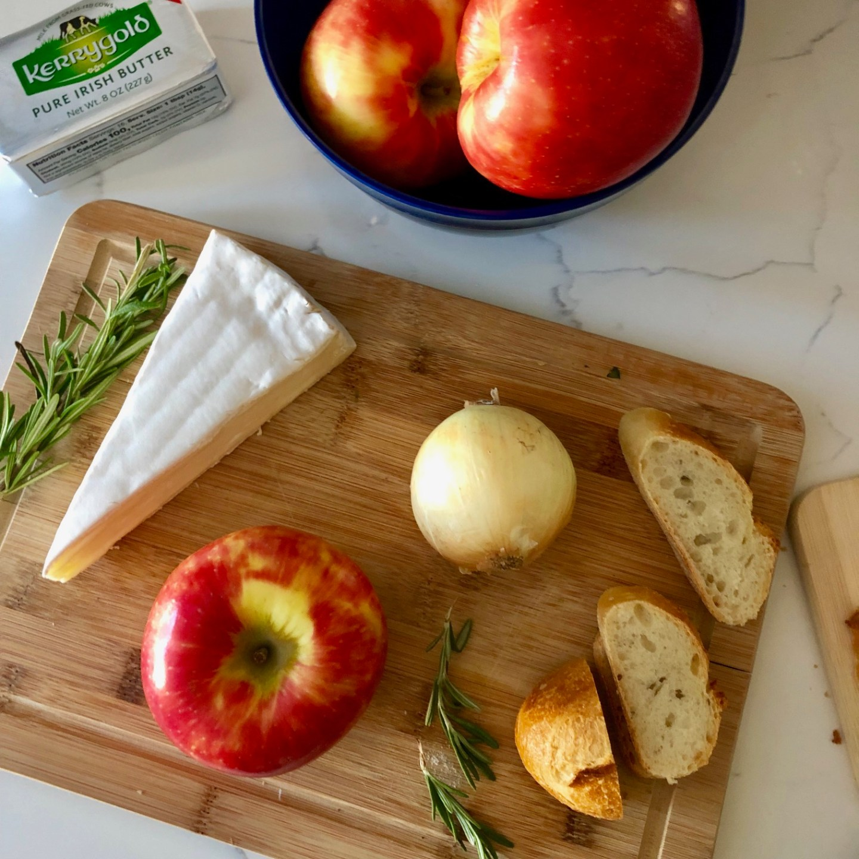 apple, brie, caramlized onion crostini for fall
