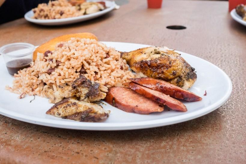 """Das hier ist das berühmt-berüchtigte """"Jerk Chicken"""". Dazu gab es Reis mit Bohnen und eine feurig-scharfe Wurst"""