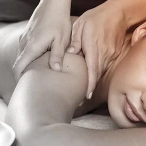 donna si fa un massaggio