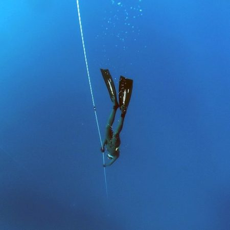 Free diver following a guide rope via Pixabay