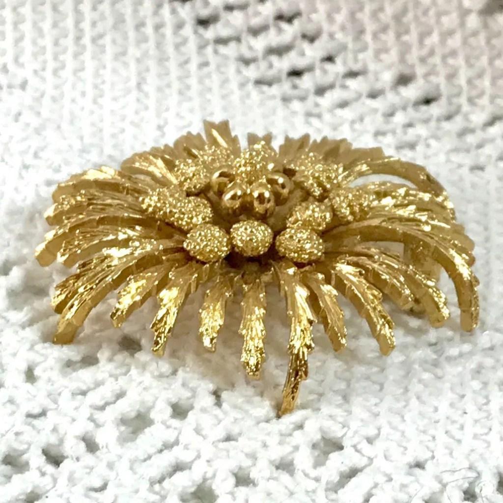 Wickstead's-Jewels-Treasures-Vintage-MONET-Gold-Brooch-Stylised-Flower-Shape-Lapel-Pin—Signed-(3)