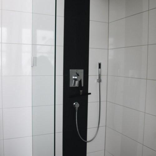Fliesenverlegung in Duschen und Nasszellen.