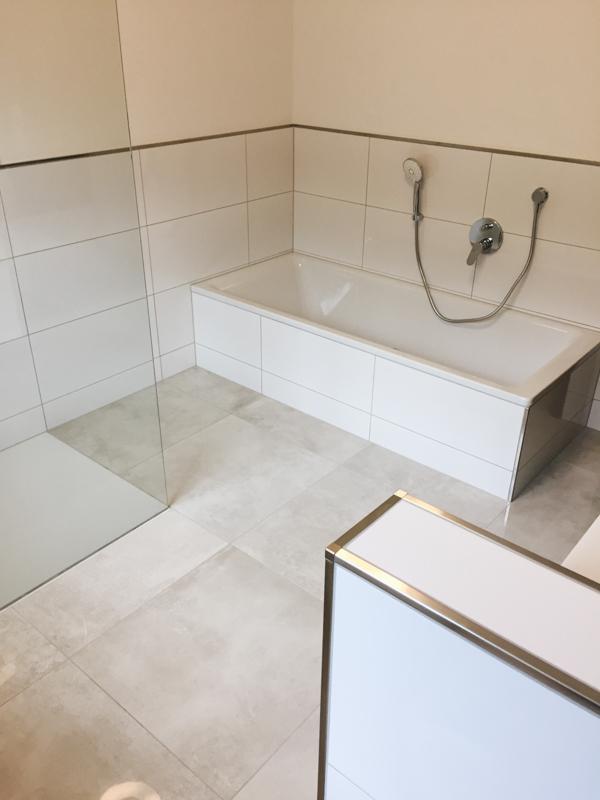 badezimmer mit fabulous with badezimmer mit trendy orangenes badezimmer mit schwarzem mosaik. Black Bedroom Furniture Sets. Home Design Ideas