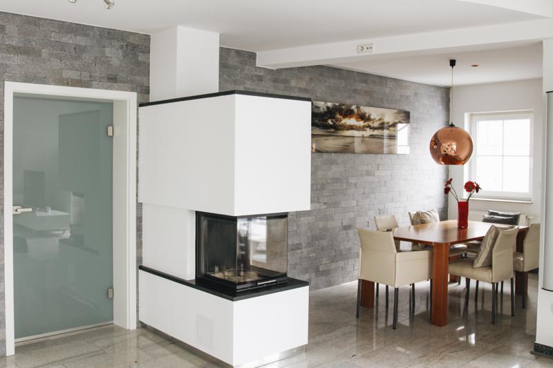 Wohnzimmer Steinwand Gestaltung und Verlegung für Kunden in Deutschland.