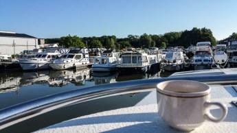 Kaffee in der Marina an Deck
