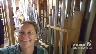 Hinten bei den orgelpfeifen