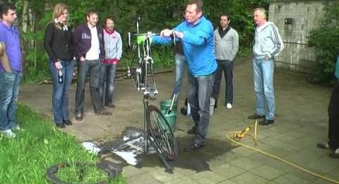 Fiets schoonmaken door Adrie van der Poel