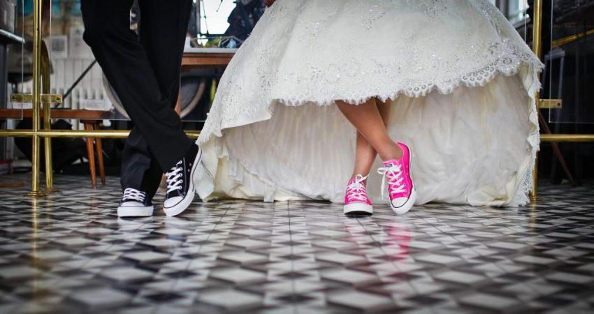 Brautpaar mit Sneaker