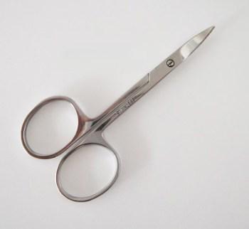 Profesionálne manikúrové nožnice na nechty. Nožnice sú vyrobené z vysokokvalitného materiálu a dajú sa dezinfikovať či sterilizovať. Farba- strieborná. Rozmer: 9cm x 4cm.