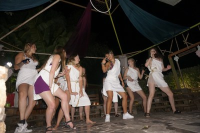 dancing girls togaparty