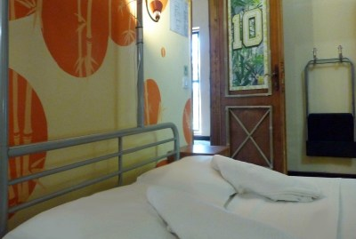 WIKI HOSTEL PRIVATE ROOM orange double bed