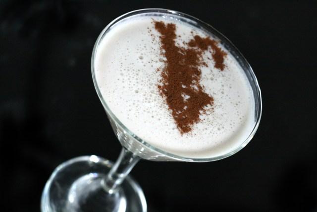 Puertorikanischen Coquito (Kokoscremegetränk) zu Weihnachten zubereiten