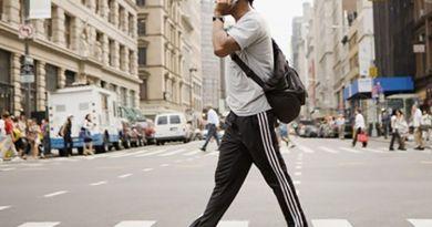 Larangan Menggunakan Gadget Saat Menyeberang Jalan
