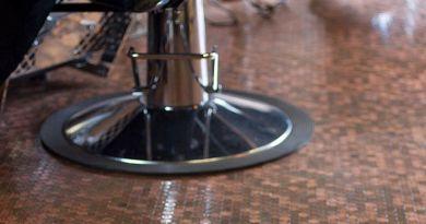 Barber Shop Berlantaikan Kepingan Uang Sen
