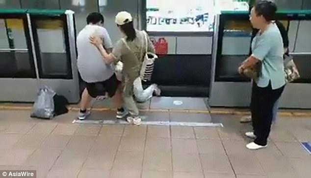 pria loncat ke rel kereta