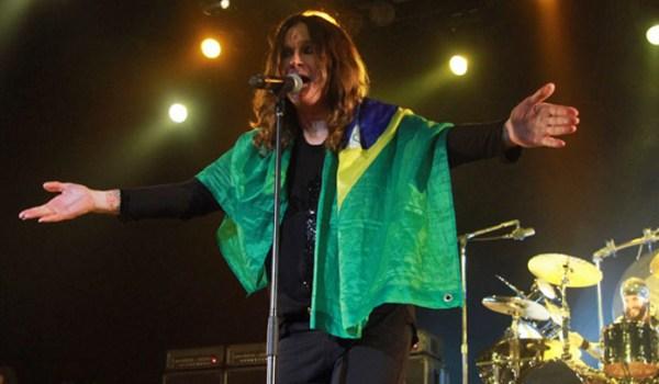 Ozzy Osbourne com a bandeira do Brasil