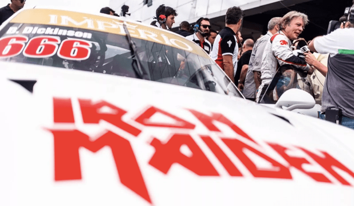 Bruce Dickinson corre com Porsche do Iron Maiden em Interlagos