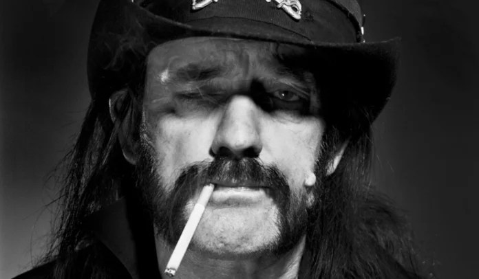 LEmmy Kilmister com um cigarro