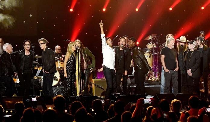 """Steven Tyler, Tom Morello e Willie Nelson apresentam """"All You Need Is Love"""" ao vivo"""