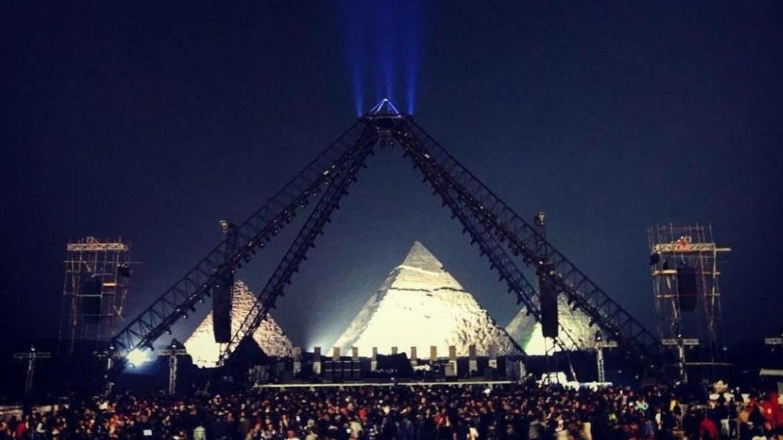 """Red Hot Chili Peppers faz show nas pirâmides do Egito e toca """"Pyramid Song"""" do Radiohead"""
