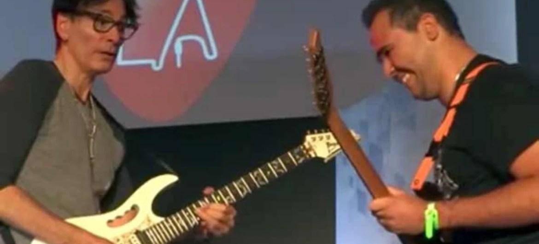 Steve Vai faz duelo de guitarra com fã brasileiro