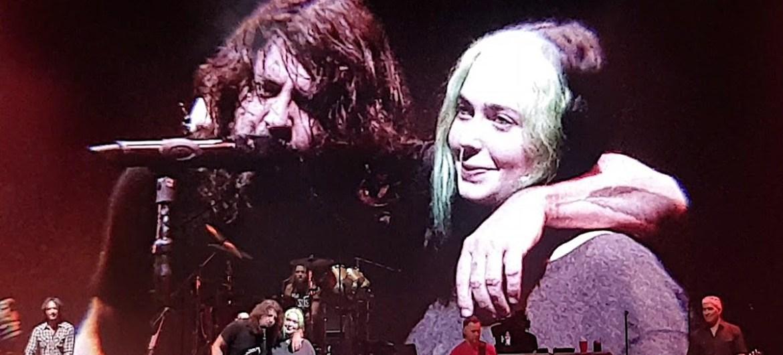 Filha de Dave Grohl canta em show com o Foo Fighters
