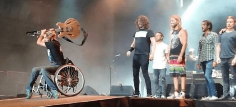 Foo Fighters convida cadeirante ao palco durante show