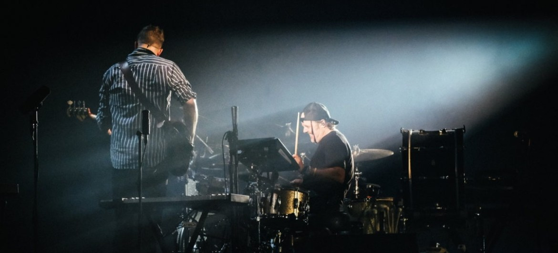 Lars Ulrich toca com o Mumford & Sons