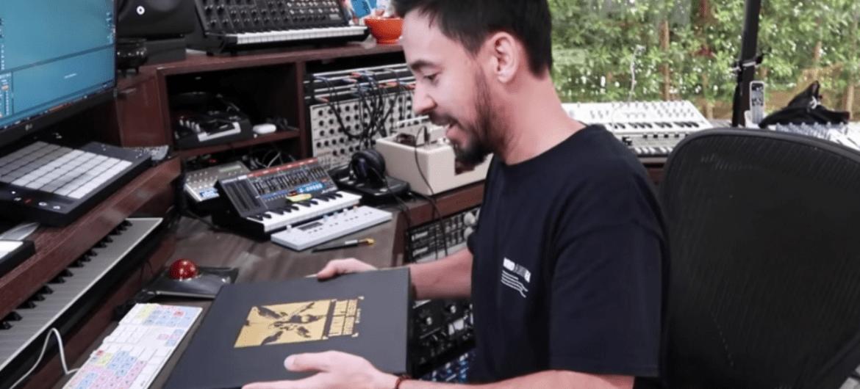 Mike Shinoda, do Linkin Park, mostrando a nova edição comemorativa de 'Hybrid Theory'