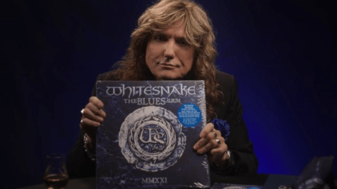 David Coverdale, do Whitesnake, exibindo o vinil de 'The Blues Album'