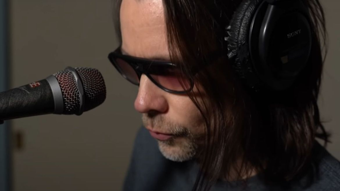 "Myles Kennedy faz cover de ""Shining Star"""