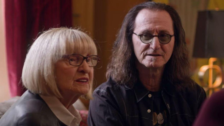 Mary Weinrib e Geddy Lee em episódio da série 'From Cradle to Stage'