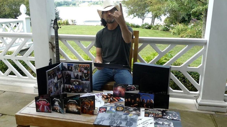 Jason Newsted em vídeo mostrando box de luxo do relançamento