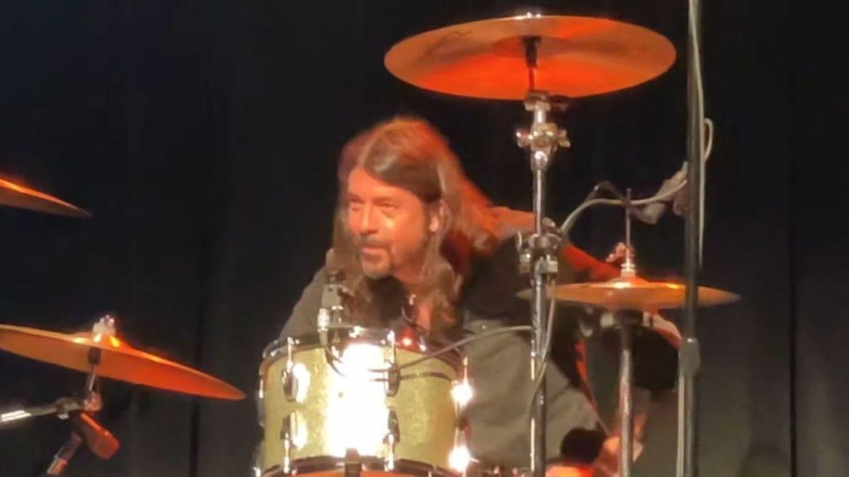 """Dave Grohl toca """"Smells Like Teen Spirit"""" em evento"""