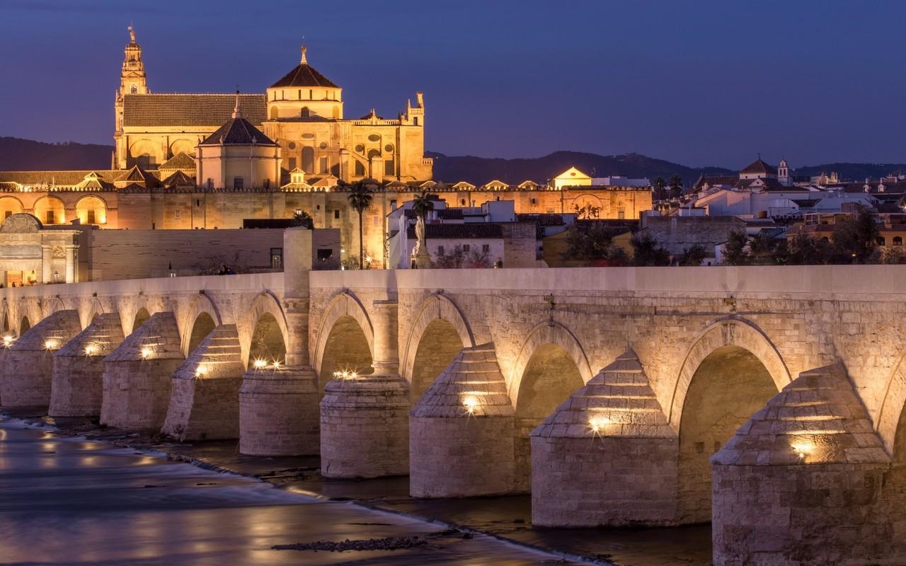 Córdoba – Brug Met Kathedraal (foto Stock)