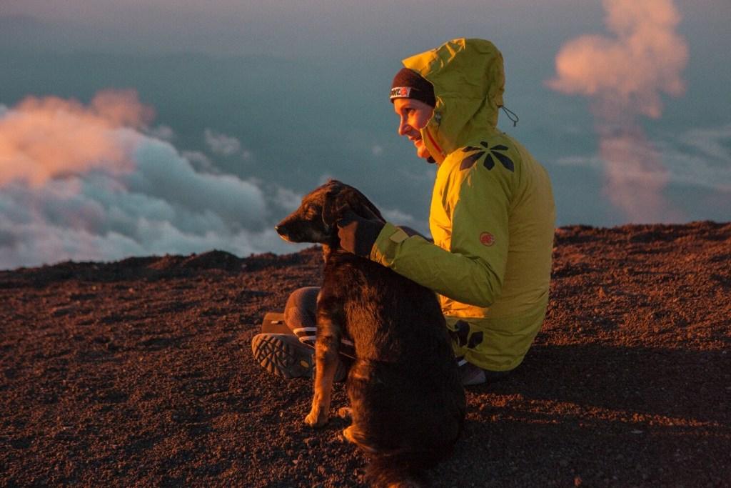 Mit Hund im Arm beim Sonnenaufgang