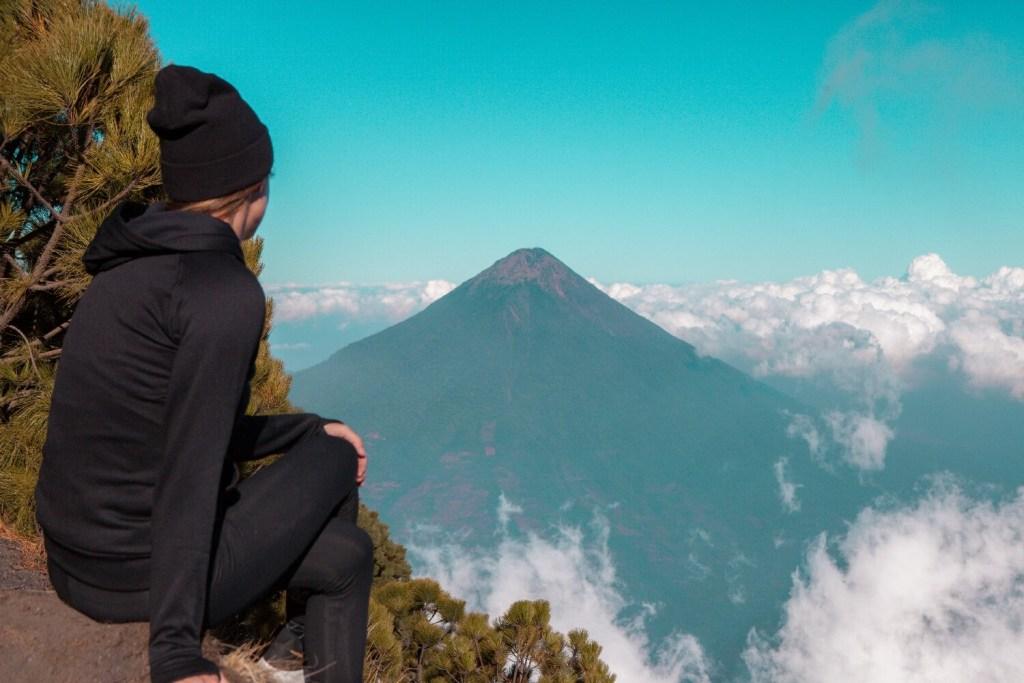 Svenja mit Blick auf den Vulkan Agua