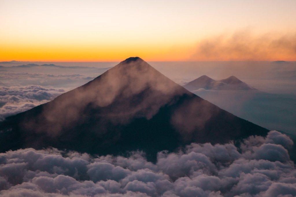 Sonnenaufgang auf dem Vulkan Acatenango in Guatemala
