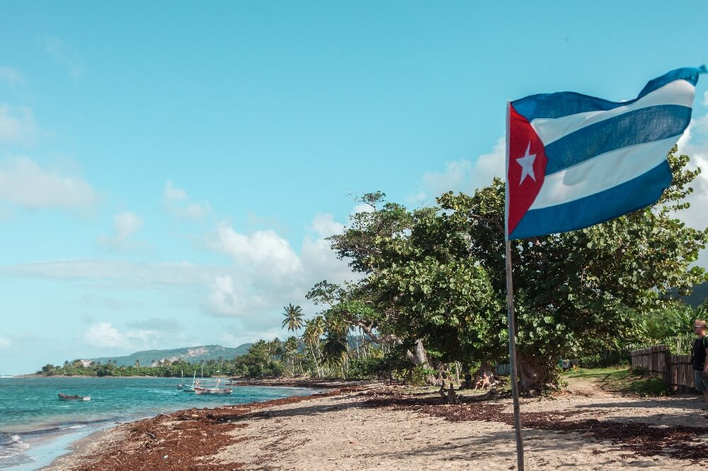 Strand von Baracoa in Kuba mit Flagge