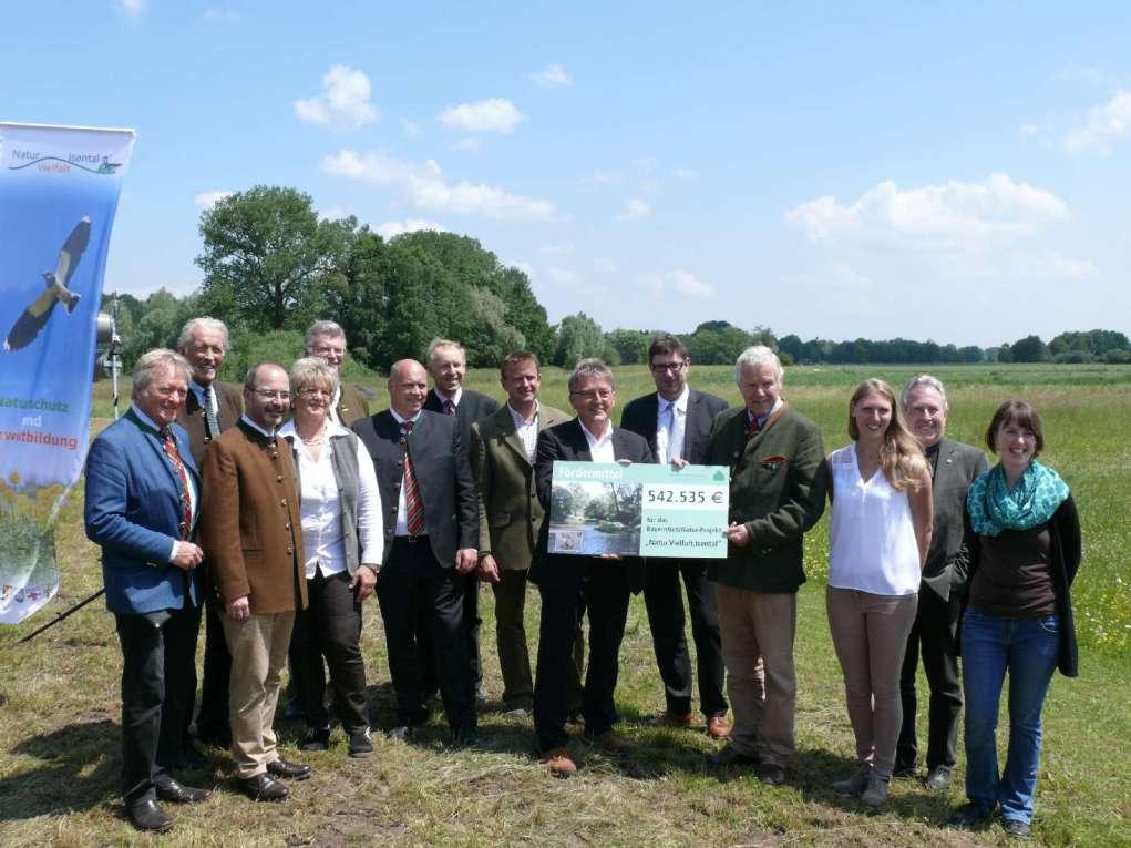 Übergabe des Förderschecks des Bayerischen Naturschutzfonds durch Ministerialrat Georg Schlapp