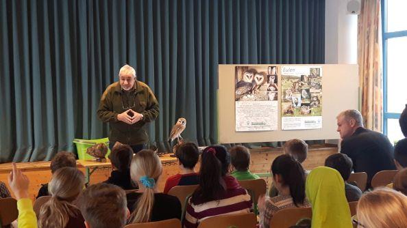Fred Hammerl erzählt den interessierten Schülern Wissenswertes zu den heimischen Eulen.