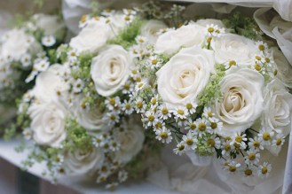 daisies-ivory-roses-bridal-bouquet
