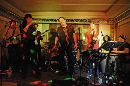 Volle Bühne: Abbey's Trip ist eine große Band mit breitem Repertoire.